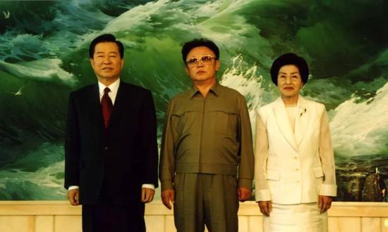 金大中(左)、金正日(中)和李姬镐的合影。
