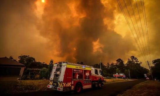 ▲一輛消防車在趕赴救火的路上圖/David Gray/Getty