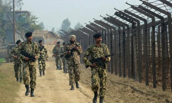 图为印度士兵。来源:新华社