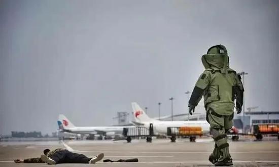 """长春机场2017年""""砺剑-6号""""反劫机应急综合演练中排爆科目的演练画面。"""