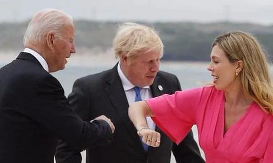 G7峰会上,拜登与约翰逊新婚妻子击肘