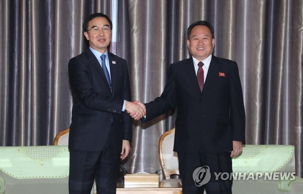 韩国统一部长官赵明均(左)和朝鲜祖国和平统一委员会委员长李善权/韩联社