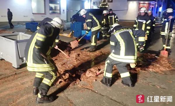 消防队员们用铁锹将大块的巧克力撬开 图据《卫报》