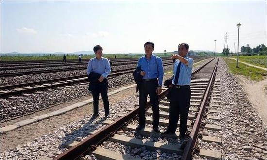 图为朝韩人员共同考察朝鲜境内的铁路。(图/韩国统一部)