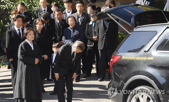 31日,文在寅出席母亲葬礼。(韩联社)