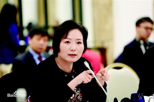 图为:龙湖集团董事长吴亚军位列第二