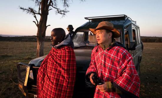 2018年7月7日,在肯尼亚马赛马拉大草原奥肯耶保护区,星巴(右)和当地巡逻员观察情况。新华社记者吕帅摄
