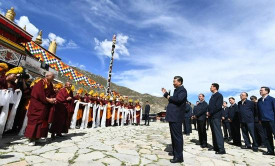 7月22日下午,习近平在位于拉萨西郊的哲蚌寺同僧人亲切交流。新华社记者 谢环驰 摄