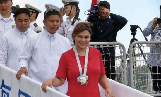 2017年,中国人民解放军长春舰赴菲律宾访问,杜特尔特女儿莎拉登舰参观