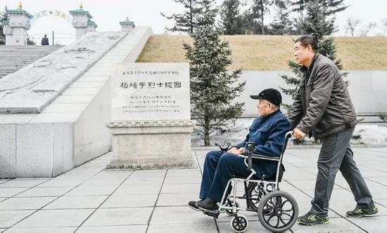 徐振明是吉林省通化市革命烈士陵园管理所首任所长,现年96岁。他先后参加过抗日战争、解放战争,1950年参加抗美援朝战争,曾荣立多次战功。他退伍转业到杨靖宇烈士陵园工作,父子两代默默守护英雄陵墓60余年,身体力行保护革命遗迹,讲述英雄故事,弘扬革命精神。图为徐振明(左)和儿子徐永军来到杨靖宇烈士陵园。新华社记者 王昊飞/摄