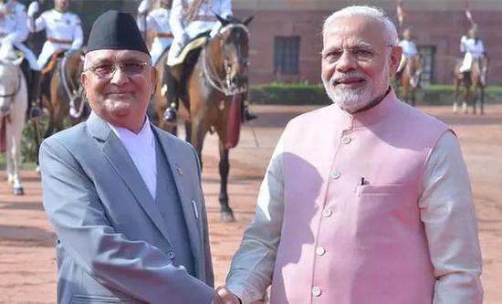 ▲资料图片:尼泊尔总理奥利(左)和印度总理莫迪握手。(尼泊尔《加德满都邮报》)