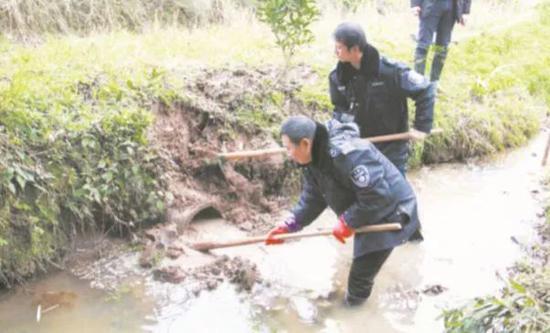 重庆市环境执法队员清理排污口