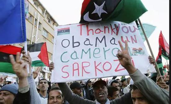 """▲图为8年前""""革命""""后的利比亚民众感谢美国、英国和法国领导人"""