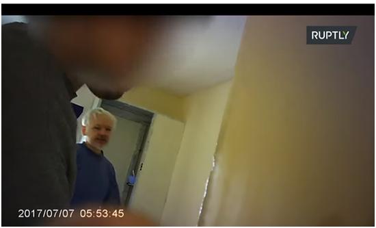(阿桑奇在监狱里,RT视频截图)