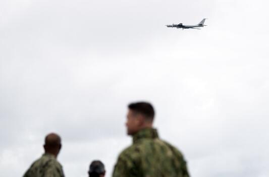 一架俄罗斯反潜战机图-142低空飞越北约国家舰艇。(图源:今日俄罗斯)