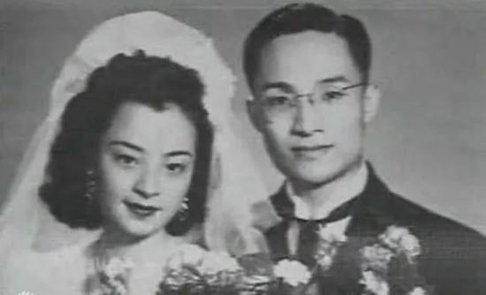 ▲金庸一生有三次婚姻。24歲時,與出身中產階級家庭的杜冶芬結婚。