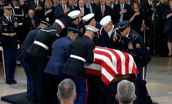 3日下昼,老布什灵柩运抵位于华盛顿的国会圆形大厅。(图源:CNN)