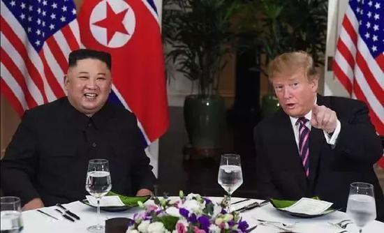 2月27日,朝鲜最高领导人金正恩(左)与美国总统特朗普在越南河内索菲特传奇大都会酒店会面,并共进晚餐