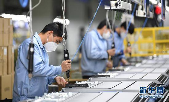 在位于广州开发区的广州创维平面显示科技有限公司生产车间内,工人们在流水线上作业(2月10日摄)。 新华社记者 邓华 摄
