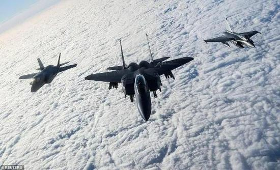 美国F-15、英国F-35B、法国阵风战机在北海上空演习(图源:路透社)