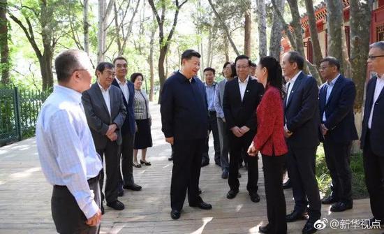 ▲習近平在北京大學臨湖軒北側的小庭院看望部分資深教授和中青年教師代表,并同他們親切交談。  新華社記者 李學仁 攝