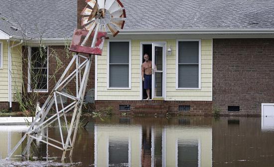 当地居民在等待救援(图源:美联社)