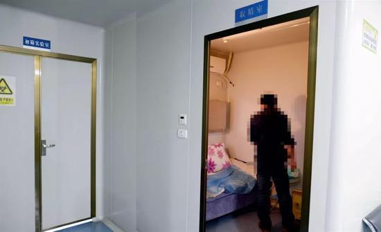 在重庆市人口计划生育科学技术研究院人类精子库,志愿者进入取精室。摄影/冉文