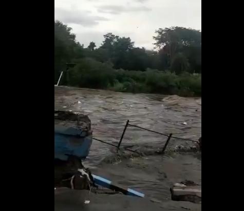 季风天气引发洪灾(推特视频截图)