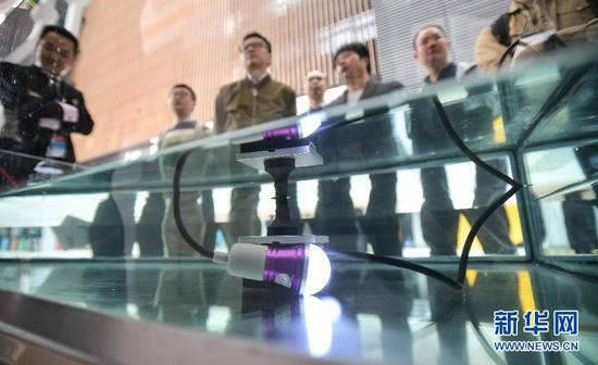 10月9日,观众在成都主会场参观绝缘连电插座。新华社记者 薛玉斌 摄