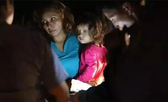 ↑美墨边境带着孩子的难民( 图自:CNN)