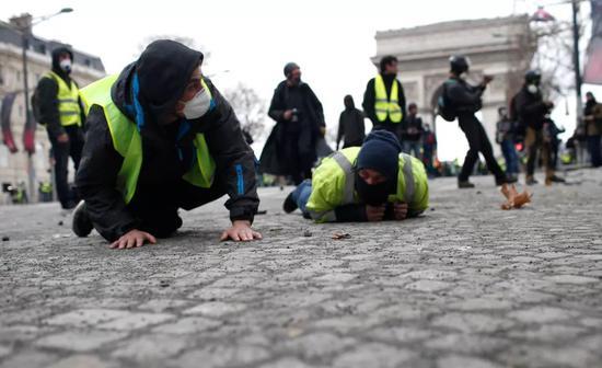 【蜗牛棋牌】法国爆发第4轮黄背心抗议 警方动用橡皮子弹水炮