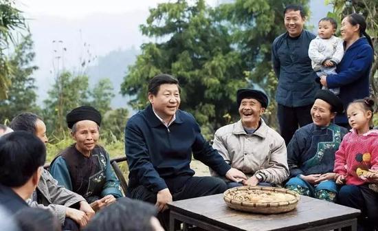 △2013年11月3日,�近平在湖南十八洞村同村干部和村民座�,提出精�史鲐��@一理念。