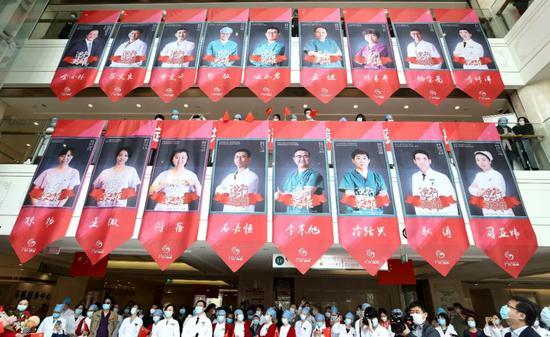 4月15日,中国中医科学院广安门医院欢迎首批国家援鄂中医医疗队广安门医院的15名医护人员回家陈建力摄