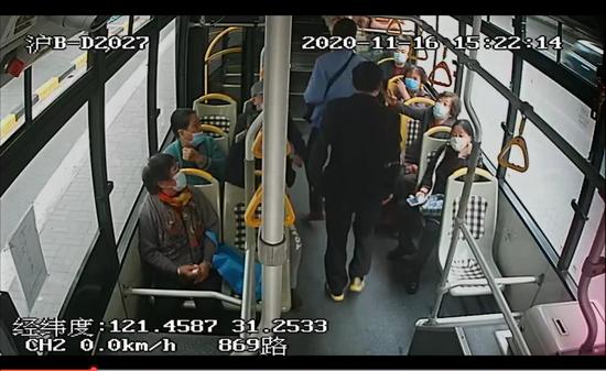 上海一乘客公交车上拒戴口罩,被警察带走!