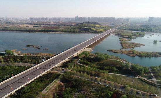 ↑河北石家庄滹沱河景色(2021年4月13日摄,无人机照片)。滹沱河是石家庄的母亲河,干涸几十年的滹沱河重现生机,正是南水北调工程生态补水的结果。