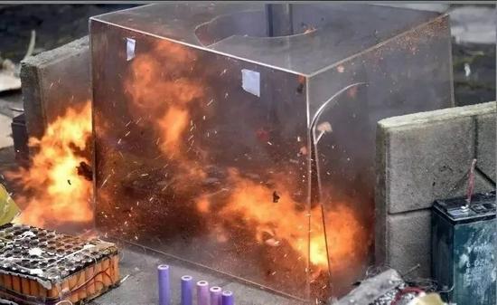 电动自行车锂电池撞击实验中,电池瞬间起火。图源:广州消防