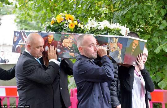 8歲的布蘭登棺材上繪有包括鋼鐵俠和美國隊長在內的漫威漫畫人物的畫像。