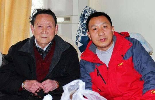 高缨(左)