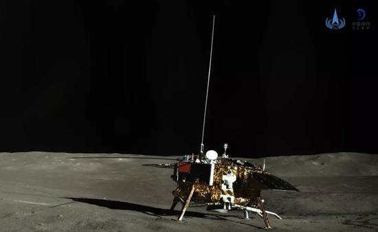 ▲图为嫦娥四号着陆器彩色全景图新华社发(国家航天局供图)