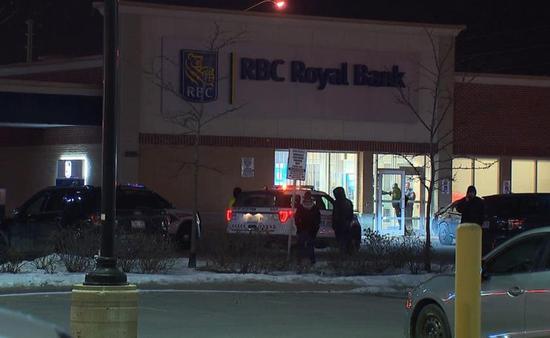 发生抢劫案的添拿大皇家银走分走(图源:添拿大全球电视网)