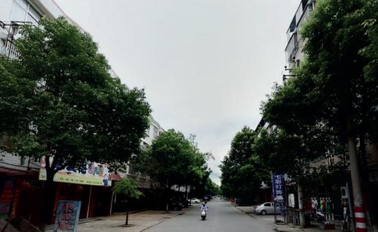 ·江西瑞金市绵江路街景。