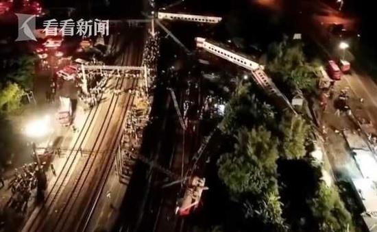 航拍台火车脱轨侧翻现场:车厢折成W型飞出30米外