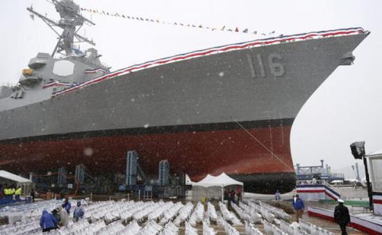 """2018年12月1日,巴斯钢铁船厂举办DDG-116""""汤玛斯·汉德纳""""号驱逐舰下水仪式(图片来源:美国海军官方网站)"""