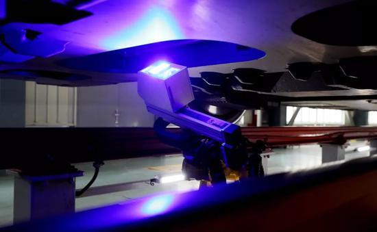 ▲动车组检测机器人在上海投入使用(新华社)