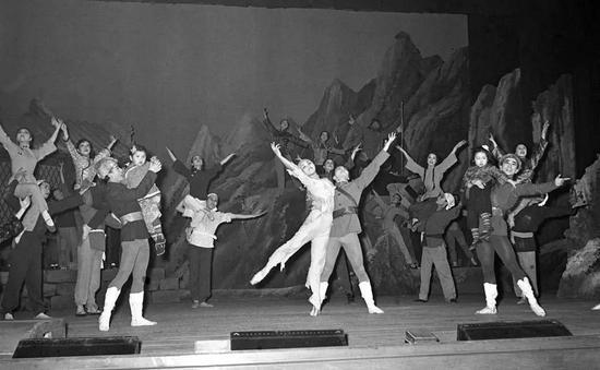 """1958年3月12日,日本松山芭蕾舞团在北京表演《白毛女》,""""喜儿""""由松山树子饰演。新华社发"""