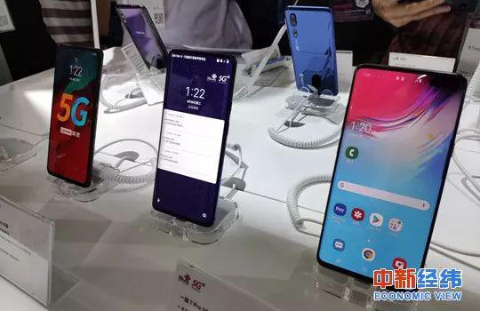 ▲展台上的5G手机 中新经纬 王潮 摄