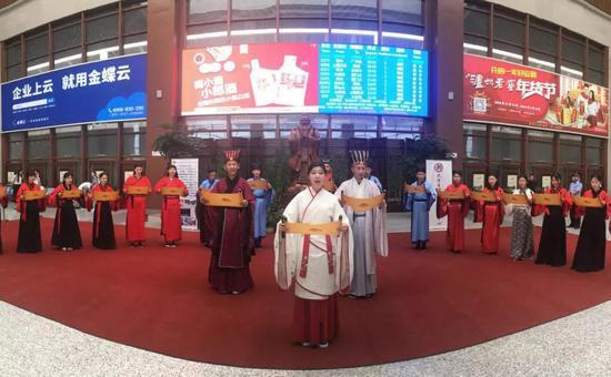 图为京沪高铁曲阜东站的儒家文化展示