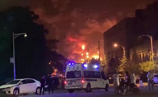 四川彭州一库房发生火灾 过火面积700平方米无人伤亡