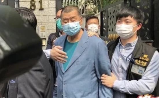 4月18日下午,香港警方将黎智英拘捕