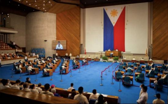 菲律宾国会议员们在听取杜特尔特发表国情咨文